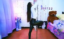 长腿美女表演性感钢管舞